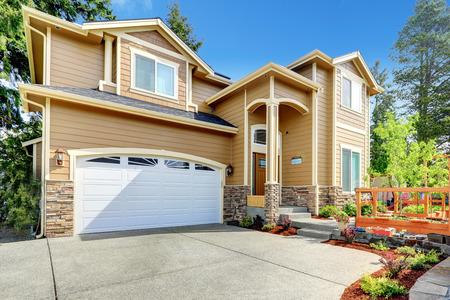 Foto de Luxury big house with garage and high column entrance porch. - Imagen libre de derechos