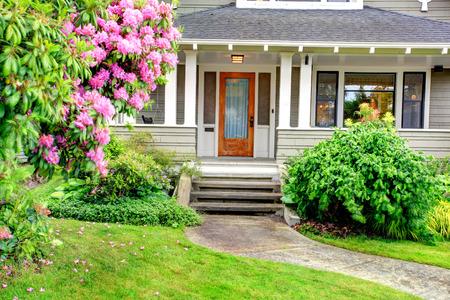 Foto de House exterior. View of entrance column porch with stairs and walkway. - Imagen libre de derechos