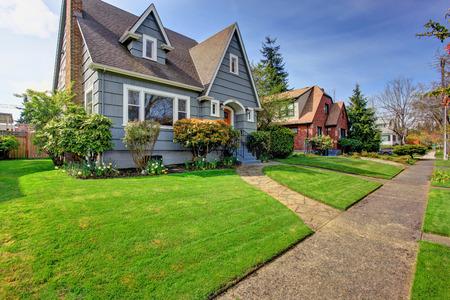 Foto de House exterior. View of landscape on front yard - Imagen libre de derechos