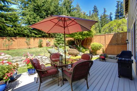 Photo pour Beautiful landscape design for backyard garden and patio area on walkout deck - image libre de droit