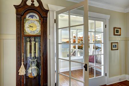Foto de Antique carved wood grandfather clock in dininig room. - Imagen libre de derechos