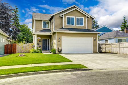 Foto de Two story house exterior with white door garage and driveway - Imagen libre de derechos
