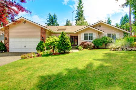 Foto de House exterior with entrance porch. Beautiful front yard landscape - Imagen libre de derechos