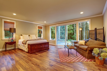 Photo pour Large master bedroom with hardwood floor and sliding glass door to backyard. - image libre de droit