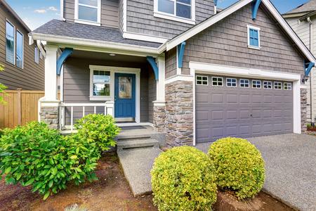 Foto de Modern house with gray exterior and white trim. - Imagen libre de derechos