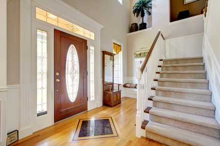Foto de Nice entry way to home with carpet staircase and white interior. - Imagen libre de derechos