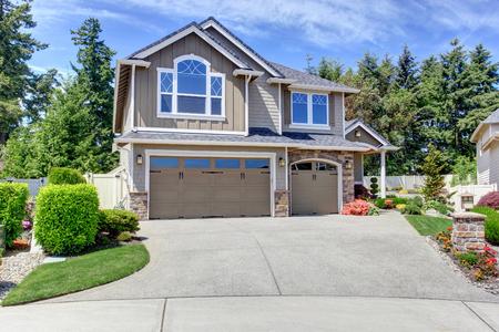 Foto de Home exterior with garage and driveway with nice landscaping desing around - Imagen libre de derechos
