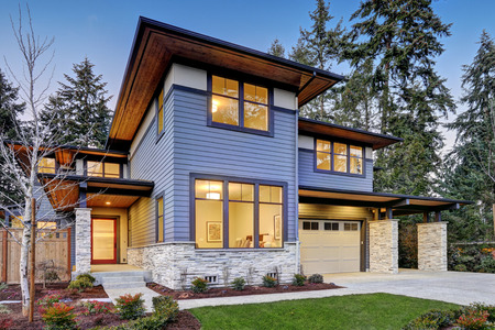 Foto de Luxurious new construction home in Bellevue, WA. Modern style home boasts two car garage framed by blue siding and natural stone wall trim. Northwest, USA - Imagen libre de derechos