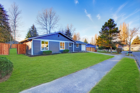 Photo pour Craftsman blue one-story low-pitched roof home in Tacoma. Well kept front yard with green lawn . Northwest, USA - image libre de droit