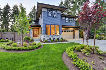 Foto de Luxurious new home with curb appeal. Trendy grey two-story mixed siding exterior in Bellevue with well kept front yard. Northwest, USA - Imagen libre de derechos