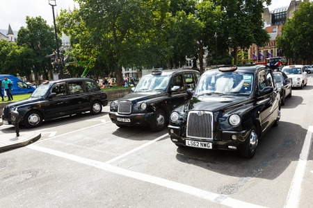 Foto de Legendary London taxi cab on the streets of London - Imagen libre de derechos