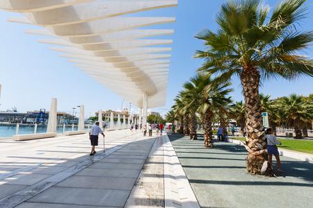Foto de walkway Muelle Uno, sunshade running wave, palm park, people walk, Malaga - Imagen libre de derechos