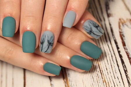 Photo pour beautiful gel lacquer manicure on a textured trendy background - image libre de droit