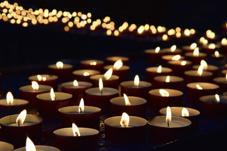 Photo pour burning memorial candles on the dark background - image libre de droit