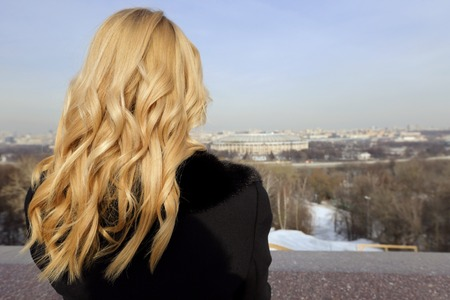 Photo pour The blonde girl on the observation deck in Moscow in winter - image libre de droit