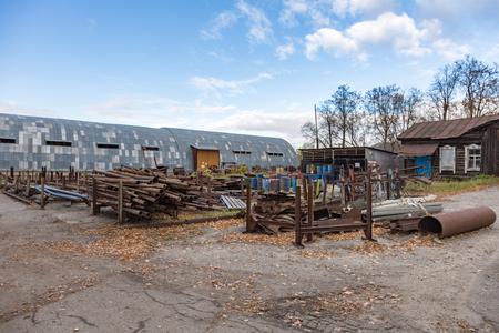 Foto de Dump of metal rusty waste on an abandoned plant territory - Imagen libre de derechos