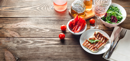 Photo pour Halloumi grilled cheese with grilled bell peppers, rose wine, tomatoe and arugula. Banner for website header design with copy space for text - image libre de droit