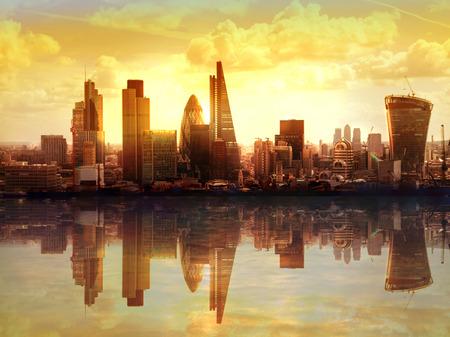 Foto de London sunset. View on business modern district - Imagen libre de derechos