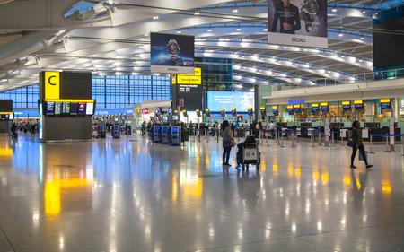 Foto de LONDON, UK - MARCH 28, 2015: Interior of departure hall Heathrow airport Terminal 5. New building - Imagen libre de derechos