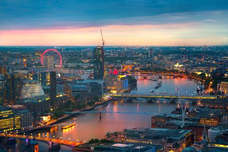 Foto de London at sunset, panoramic view Westminster side of City - Imagen libre de derechos