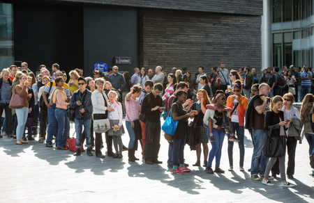 Foto per LONDON, UK - SEPTEMBER 20, 2015: People queuing to see the London Hall - Immagine Royalty Free
