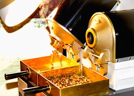 Foto de Coffee roasting in small sample roaster - Imagen libre de derechos