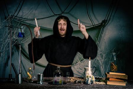Foto de Portrait of a crazy alchemist's flask. The medieval scientist came up with an idea. Halloween - Imagen libre de derechos