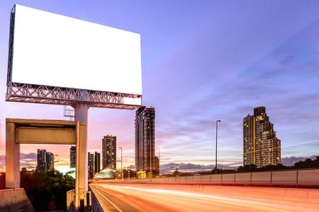 Foto de Blank billboard on expressway at twilight for advertisement. - Imagen libre de derechos