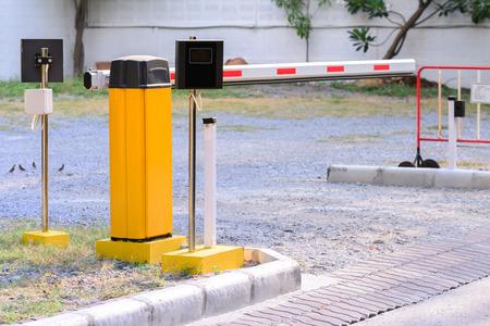 Photo pour Automatic rising arm access barrier of buiding car park. - image libre de droit