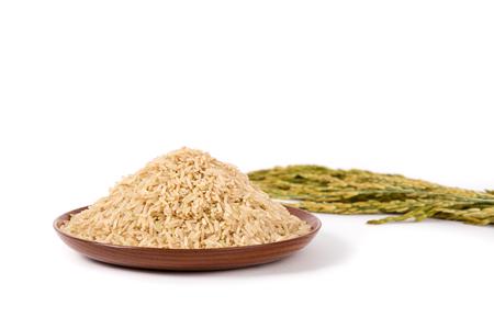 Foto de brown rice on wooden plateand paddy on white background - Imagen libre de derechos