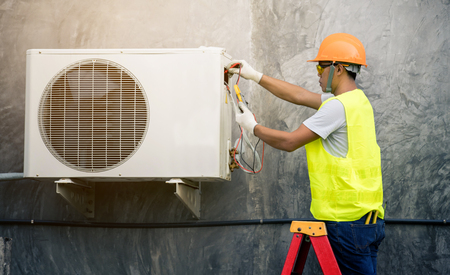 Foto per asian man runs the air-conditioning refrigerant from the tank - Immagine Royalty Free