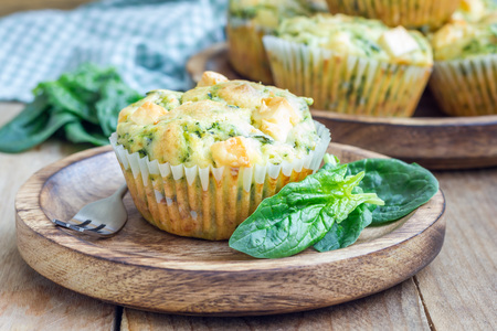 Photo pour Snack muffins with spinach and feta cheese on a wooden plate - image libre de droit