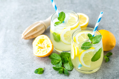 Foto de Lemonade or mojito cocktail with lemon and mint, cold refreshing drink or beverage with ice - Imagen libre de derechos