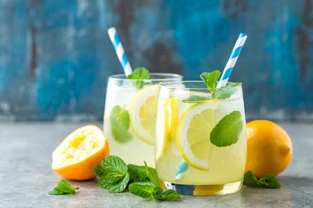 Foto de Lemonade or mojito cocktail with lemon and mint, cold refreshing drink or beverage with ice - Imagen libre de derechos