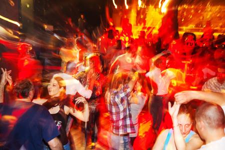 Foto de Sofia, Bulgaria - April 26, 2011: Social salsa dancing in a nightclub. A lot ot young couples enjoy the rythms of salsa, bachata, cha-cha-cha and merengue - Imagen libre de derechos