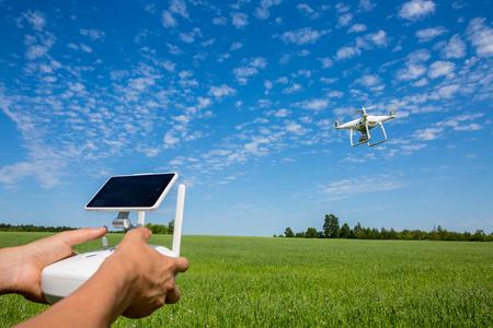 Foto de Control of the drone against the blue sky - Imagen libre de derechos