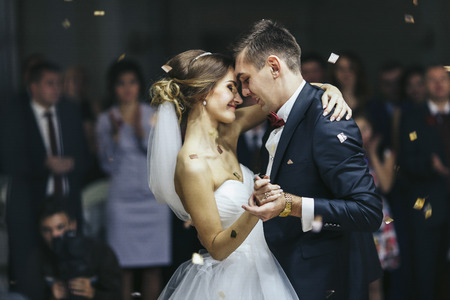 Foto de Just married looks romantically while dancing - Imagen libre de derechos