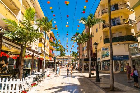 Photo pour Benalmadena, Spain, june 30, 2017: Tourists and locals shopping at the av. Blas Infante - image libre de droit