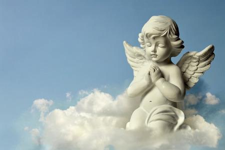 Photo pour Angel guardian on the cloud - image libre de droit