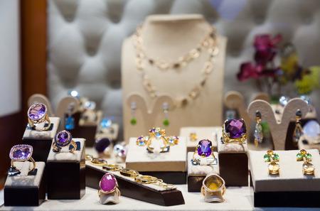 Photo pour Golden jewelry with gems at showcase - image libre de droit