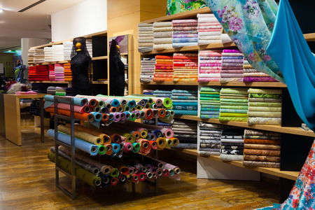 Photo pour various textiles for sale in fabric shop - image libre de droit