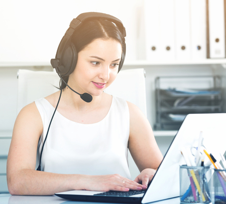 Photo pour Young woman worker productively operating at call-center - image libre de droit
