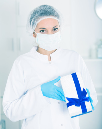 Photo pour Finnish woman nurse working effectively in hospital - image libre de droit