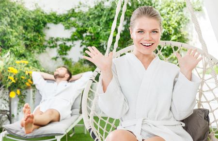 Photo pour Happy attractive girl enjoying vacation with boyfriend in a luxury spa resort outdoors - image libre de droit