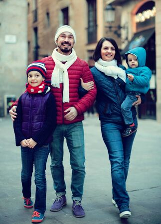 Photo pour Positive family walking in casual clothes at winter day - image libre de droit