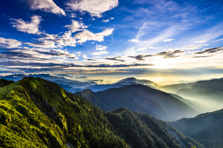 Photo pour Majestic sunset in the mountains landscape. Nantouin Hehuan, Taiwan, Asia. - image libre de droit