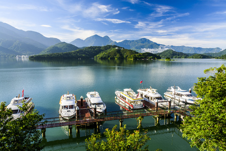Photo pour Scenery of Sun Moon Lake, the famous attraction in Taiwan, Asia. - image libre de droit