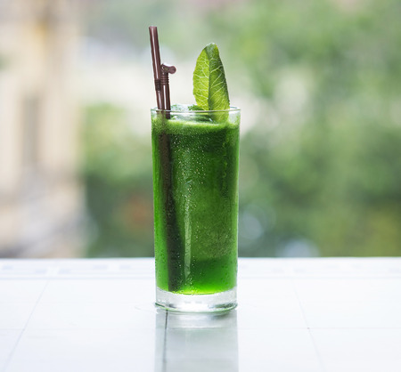Foto de green vegetable detox juice outdoor - Imagen libre de derechos