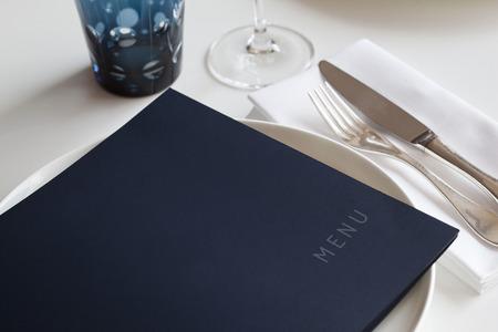 Photo pour Menu and table set-up in a restaurant - image libre de droit