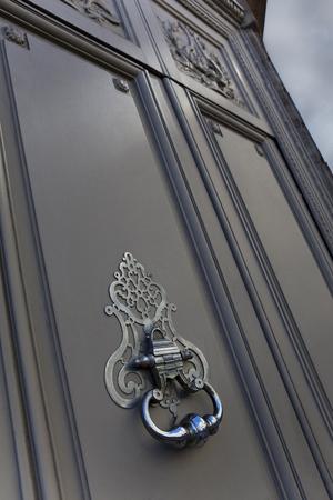 Photo pour Bronze door knocker of a French mansion in Bordeaux city - image libre de droit